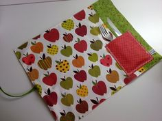 Jogo Americano Porta-talher NOVO! Easy Crafts, Diy And Crafts, Place Mats Quilted, Quilted Gifts, Napkin Folding, Sewing Class, Mug Rugs, Applique Quilts, Design Tutorials