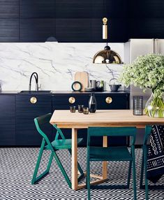 These are the new kitchen trends we can't wait to try, black kitchen cabinets, wooden teal dining chairs Picture Frame Decor, Farmhouse Side Table, Cute Dorm Rooms, Kitchen Trends, Kitchen Ideas, Kitchen Designs, Living Room Inspiration, Home Look, Decoration