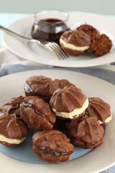 Biscotti al cioccolato con crema al cioccolato bianco e fondente