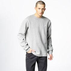 Nike NSW Crew Fleece Club med brodert logo på brystet. Materiale: 80% Bomull, 20% Polyester. Modellen er 190 cm og avbildet i L.
