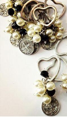 Llavero San Benito con cristal y perla