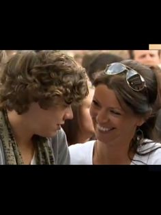 Anne Cox with her attractive son Harry Styles! Look how young Harry looks. This is when he was the X Factor. One Direction Harry Styles, Harry Styles Mum, Gemma Styles, Harry Edward Styles, Louis Tomlinson Girlfriend, Anne Cox, Eleanor Calder, Mr Style, Important People