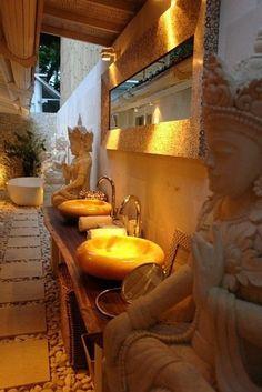 salle de bain zen bambou avec sculptures de budhha