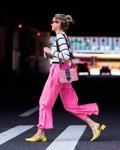 Helena Bordon apostou na calça rosa, camiseta listrada e sapato amarelo para criar o look.