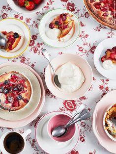 Servera pajen med vaniljsås, vispad grädde eller vaniljglass. Rosa ARV tallrikt, ARV assiett och ARV skål, beige assiett från STROSA servis 12 delar, DUKTIG tallrikar och skål med rand, IKEA 365+ mugg, GLASYRER bestick 24 delar och INBJUDANDE duk. Klicka för recept! Styling och recept: Elisabeth Johansson Fotograf: Susanna Blåvarg