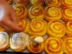 Tvarohoví šneci s luxusní polevou ze zakysané smetané – lahodná vláčná chuť! Onion Rings, Sausage, Ale, Baking, Ethnic Recipes, Food, Basket, Yule, Bread Making