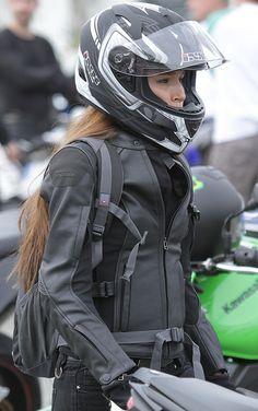 Chaqueta color negro con protecciones homologadas para #moto