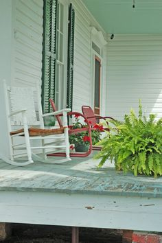 Southern porches are the best, especially this one at Inman Farms in York, SC | #yorkcounty #agandarttour #southernporches