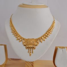Traditional Indian gold necklace Gold Bangles Design, Gold Earrings Designs, Necklace Designs, Gold Necklace Simple, Gold Jewelry Simple, Gold Accessories, Fashion Jewelry, Jewels, Wedding