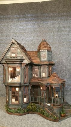 Greggs Miniature Imaginations: Haunted Mansion made out of Cardboard Haunted Dollhouse, Haunted Dolls, Haunted Mansion, Dollhouse Miniatures, Haunted Houses, Vitrine Miniature, Miniature Houses, Miniature Dolls, San Francisco Houses