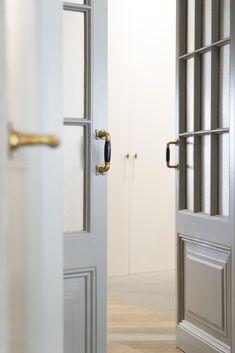 De klassieke gouden deurkruk is stijlvol en past perfect in een vintage interieur. Zeker op een lichte deur is het een echte blikvanger! Decoration, Tall Cabinet Storage, Door Handles, Doors, Interior, Furniture, Home Decor, Puertas, Decor