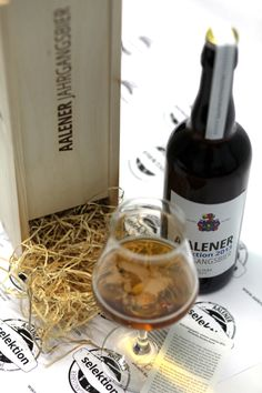 Aalener Jahrgangsbier selektion 2013 Das besondere Geschenk in limitierter Auflage!  Besonders wertvolles, handgemachtes Gourmetbier. Mehr Infos: www.aalener.com Beer Brands, Alcoholic Drinks, Glass, Food, Products, Gourmet, Natural Selection, Special Gifts, Beer