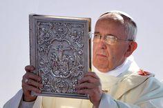 Papa Francisco con Evangeliario en Misa de apertura...