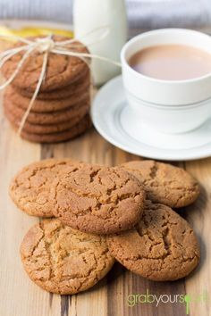 Ginger nut biscuits or ginger snaps as they are often referred to in the U. are a simple biscuit flavoured with powdered ginger. Read this easy recipe! Fun Baking Recipes, Sweet Recipes, Cookie Recipes, Dessert Recipes, Uk Recipes, Baking Desserts, Recipes Dinner, Ginger Nut Biscuits, Bahia