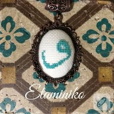 Personalized necklace necklaces - Diy World Cross Stitching, Cross Stitch Embroidery, Hand Embroidery, Cross Stitch Patterns, Fiber Art Jewelry, Jewelry Art, Blackwork, Cold Porcelain Flowers, Embroidery Jewelry