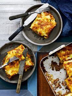 Kaksi suomalaisten suosikkia kohtaa, kun nyhtöpossu pääsee pastalevyjen väliin. Tähän lasagneen sopii muukin nyhtöliha.