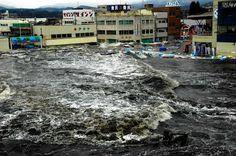 Kesennuma, Miyagi   (Asahi)  津波は黒い塊となって中心部にも容赦なく襲いかかった。魚市場の屋上から撮影(3月11日、宮城県気仙沼市)