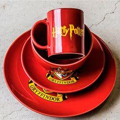Set vajilla 4 piezas Gryffindor: Harry Potter Ya no tienes excusas, con este set de 4 piezas de la casa Gryffindor de la escuela de magia y hechicería Hogwarts te sentirás como si estuvieras cenando en el Gran Comedor! El Juego de vajilla de la casa Gryffindor de Harry Potter consta de 4 piezas que cubrirán todas tus necesidades: 1 taza, 1 bol para tus cereales, 1 plato llano y 1 plato hondo.