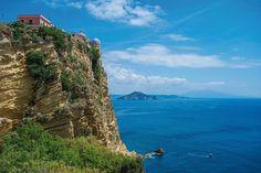 Krajobrazy Procidy urzekają pięknem. Jednak wielu osadników przybyło na wyspę zinnego powodu –zwysokiej skały można było bronićsię przed najeźdźcami.