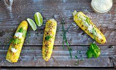 La récolte du maïs au Québec est une véritable célébration. Pour réussir votre prochaine épluchette de blé d'Inde, voici notre guide de cuisson et nos suggestions d'assaisonnements pour varier un peu le duo beurre et sel.