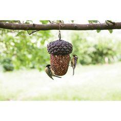 Mangeoire en polyrésine et métal (vendue sans nourriture).  Cette mangeoire en forme de gland offre un espace de stockage pour la nourriture des oiseaux. Elle peut être remplie par exemple de cacahuètes et de noix. En desserrant la bague de suspension, le couvercle peut être retiré et la partie inférieure facilement remplie de nourriture. Esschert Design, Gland, Bird Feeders, Outdoor Decor, Gifts, Feed Trough, Birdhouse, Exterior Decoration, Everything