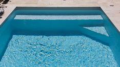 Pourquoi ne pas combiner à la fois une banquette et un escalier d'angle pour optimiser l'utilisation de votre mini piscine ? Banquette, Bath Mat, Home Decor, Mini Pool, Small Pools, Room, Homemade Home Decor, Bathrooms, Decoration Home