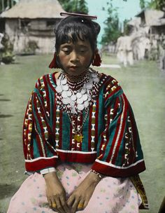 These Century-Old Photos From National Geographic Bring The History of Filipino Tribes To Life Filipino Art, Filipino Tribal, Filipino Culture, Philippines Dress, Philippines Culture, Philippines People, Filipiniana Dress, Filipino Fashion, Filipina Beauty