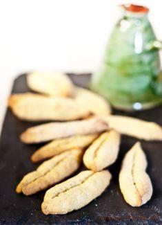 Découvrez la vraie recette des navettes de Marseille, de délicieux biscuits parfumés à la fleur d'oranger : une tradition de la Chandeleur.