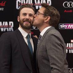 "168 Beğenme, 12 Yorum - Instagram'da Robert Downey Jr (@robert.downey.jr_tr): ""Kiss for true buddy  . . . . . @Robertdowneyjr #RobertDowneyJr #RDJ #Stony #ChrisEvans…"""