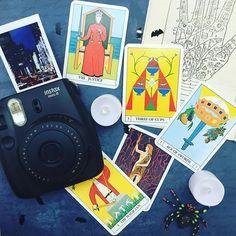 Die Tage werden kürzer, die Abende länger... richtige Zeit, um die Zukunft zu deuten. Kannst Du sie Dir etwa ohne instax vorstellen? Wir definitiv nicht! #instaxbremen #occult #occultism #occultday #instaxmini8 #horoskop #zukunft #zukunftspläne