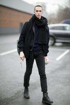 全身黒コーデ ブルゾン×マフラー×スキニーパンツ×レースアップブーツ Mens Fall Street Style, New Fashion, Winter Fashion, Casual Professional, Black Skinnies, Streetwear Fashion, Mens Suits, Poses, Street Wear