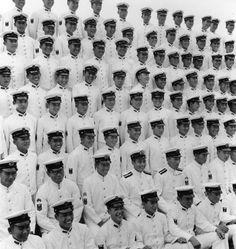 Foto commemorativa della cerimonia di diploma del corpo della Marina, 1944 Tsuchiura, Ibaragi  Ken Domon Museum of Photography