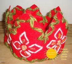 Coroas de feltro em tamanho maior bordadas a lã. Ajustáveis à cabeça. Outuvbro 2016