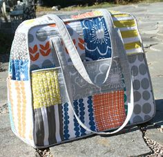 A Quilter's Table: Oh, My Weekender! Another great version of Amy Butler's Weekender bag. Patchwork Bags, Quilted Bag, Tote Purse, Tote Handbags, Tote Bags, Weekender Bags, Fabric Bags, Handmade Bags, Beautiful Bags