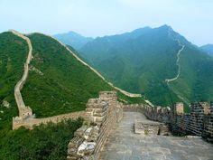 La gran pared de china .Quiero ir aqui para ver si me canso caminando en este lugar.Tambien me gustaria probar la comida que preparan en china.