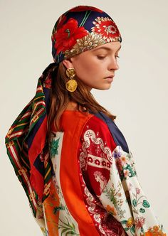 Under the romantic and eclectic direction of Alessandro Michele, Gucci is redefining luxury for the century and represents the pinnacle of Italian craftsmanship. Bobby Pin Hairstyles, Headband Hairstyles, Womens Fashion Online, Latest Fashion For Women, Hair Accessories For Women, Fashion Accessories, Motif Floral, Floral Prints, Alessandro Michele Gucci