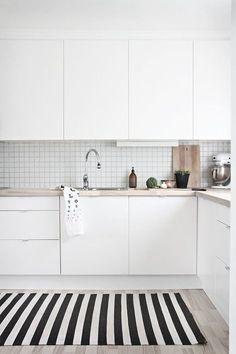 Cozinha toda branca com pastilha