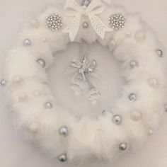 Our White Christmas Faux Fur Wreath is absolutely beautiful with a Winter white fur coat, glitter baubles, brooches and a chandelier ornament Dollar Tree Christmas, Easy Christmas Crafts, Etsy Christmas, Elegant Christmas, Christmas Baubles, Vintage Christmas, Couronne Diy, White Fur, Snow White