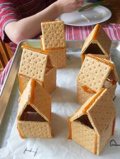 Healthy Kitchen Hacks - Holiday Entertaining Shortcuts The Easy Trick for Making Graham Cracker Gingerbread Houses to Stick Graham Cracker Gingerbread House, Gingerbread House Parties, Christmas Gingerbread House, Christmas Treats, Gingerbread Cookies, Christmas Cookies, Gingerbread Houses, Graham Crackers, Graham Cracker House