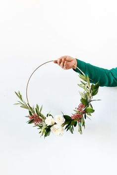 DIY holiday wreaths (click through for the tutorial)