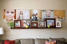 photos au mur colorées et canapé droit en cuir beige