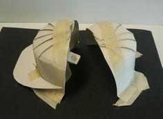 Ruimtelijke schets in bouwkarton en tape. Zitplek voor pettenliefhebbers.
