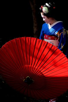 October maiko Katsue of Gion Kobu with big red paper umbrella Blue Umbrella, Vintage Umbrella, Chicago Photography, City Photography, Japanese Geisha, Japanese Girl, Japanese Kimono, Turning Japanese, Japan Photo
