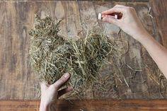 Dekorative Tierfiguren aus Heu Garden Crafts, Garden Art, Diy Ostern, Spring Crafts, Easter Crafts, Grape Vines, How To Dry Basil, Projects To Try, Decoupage