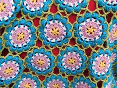 Love this joining technique for flower motifs {My world of crochet: Tadaaah! Tagesdecke Nr. 6}