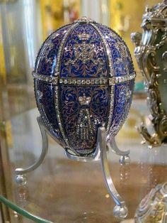 VAJÍČKO DVANÁCT MONOGRAMŮ (1896) - Vnitřek vajíčka je vyložen sametem, ovšem překvapení je bohužel ztraceno. S největší pravděpodobností šlo o skládací miniaturní rám s miniaturními portréty zemřelého cara Alexandra III. na slonovinovém podkladu. Od tohoto okamžiku existují dvě vajíčka každý rok, jedno pro manželku cara Mikuláše II. carevnu Alexandru Fjodorovnu a jedno pro vdovu carevnu Marii Fjodorovnu, matku Mikuláše II.