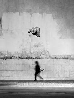 «Не тень, но марионетка», Эрнест Фернандес Гарридо. Финалист. Фотограф решил продолжить мысль автора граффити, который изобразил на стене руку, манипулирующую чьим-то телом. Тень удалось поймать дождливой ночью.