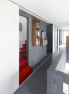 Die Treppe zum DG wird sparsam im Zwischenraum der Funktionswand fortgesetzt | Buddenberg Architekten ©Michael Reisch, Düsseldorf