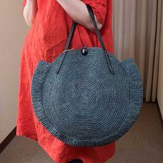 """コロンと丸い形がモードっぽく可愛らしい。""""Nova Bag""""と呼ばれるサークル型のトートバッグ・毎年人気のモデルです。肩にもかかるかるくて丈夫なラフィアの手編みバッグは、夏のリゾートにもピッタリ。マダガスカル島で採取され"""
