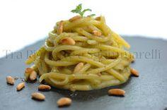 Tra Pignatte e Sgommarelli: Le mie ricette - Spaghettoni con crema di fave fresche, bottarga di tonno e pinoli tostati